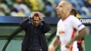Simeone se echa las manos a la cabeza en un momento del partido contra...