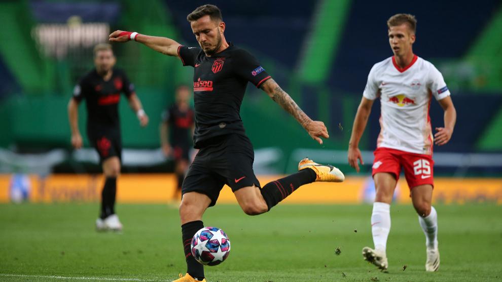 Saúl dispara durante los cuartos de final ante el Leipzig