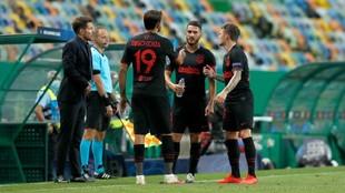 Koke, Diego Costa y Trippier dialogan ante Simeone.