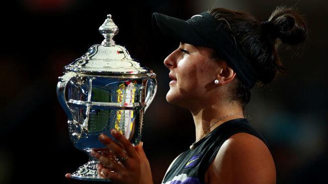 Bianca Andreescu, con el trofeo de ganadora del US Open 2019.