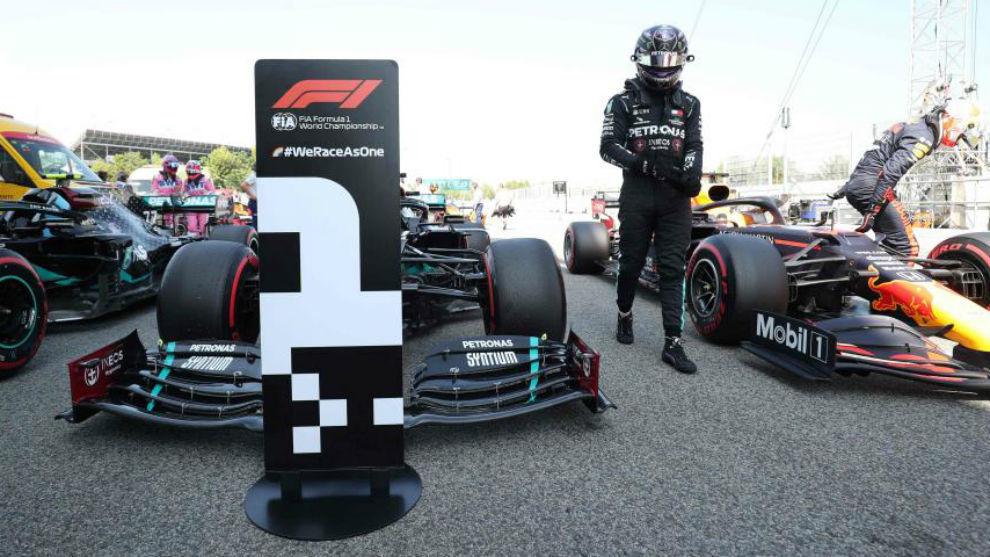 Hamilton se baja su Mercedes tras lograr la pole en Montmeló.