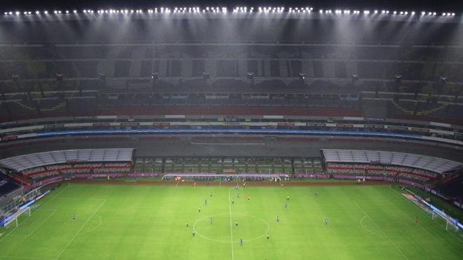 Elías Hernández se queja de la nueva iluminación del estadio Azteca y revela que algunas zonas de la cancha están oscuras