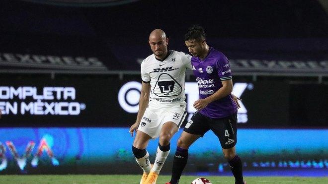 Carlos González protege el esférico.