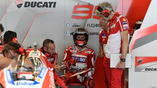 Dall'Igna, de pie, escucha a Jorge Lorenzo, en Ducati.