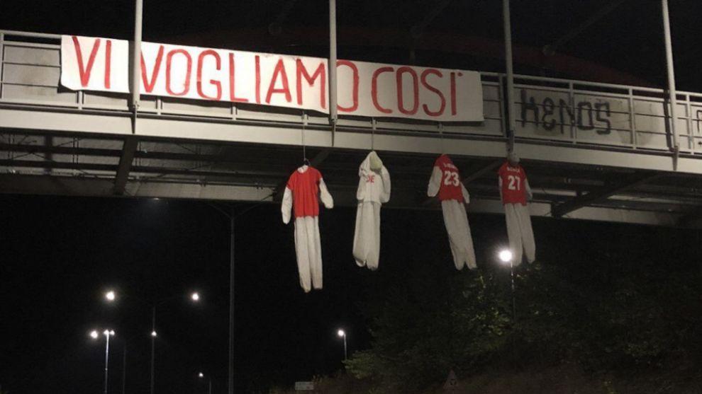 Los hinchas del Perugia amenazan a sus jugadores con muñecos  ahorcados