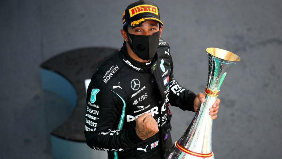 Hamilton, con el trofeo de ganador del Gran Premio de España