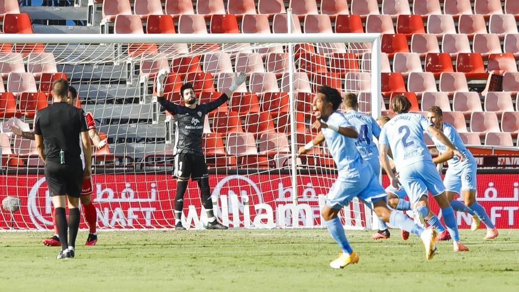 Los jugadores del Girona celebran un tanto mientras Sivera se lamenta.