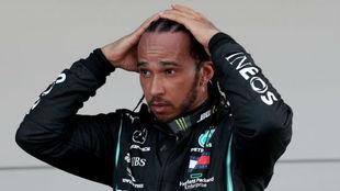Lewis Hamilton, en el podio como ganador en el Gran Premio de España...
