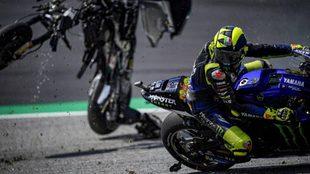 Valentino Rossi, esquivando una de las dos motos que le pasaron...