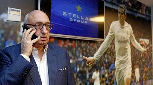 El representante Bale, hablando por teléfono junto a una imagen del...