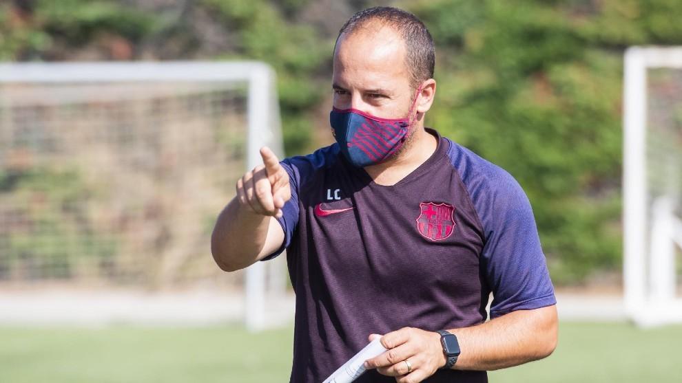 Lluis Cortés dirigiendo una sesión de entrenamientos del Barcelona.