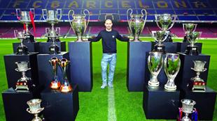 Mascherano, en una foto de archivo de 2018, posando con sus trofeos en...