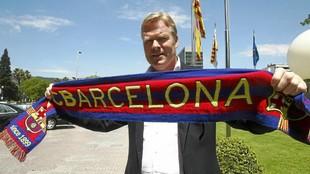 Koeman posando hace unos años con la bufanda del Barcelona.