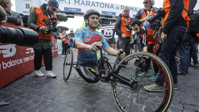 Alex Zanardi se prepara para participar en el Maratón de Roma de...