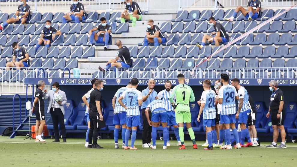 La plantilla del Málaga, durante un partido de liga la temporada...