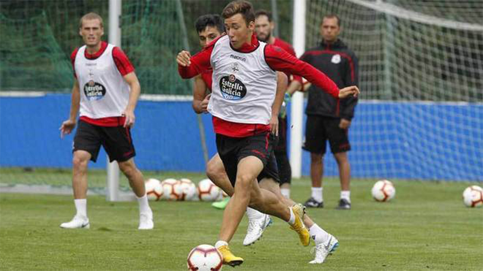 Saúl García conduce el balón en un entrenamiento con el Deportivo.