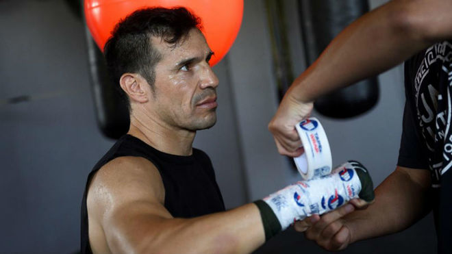'Maravilla' Martínez prepara sus manos antes de guantear.