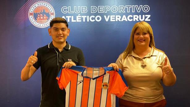 Espericueta posa con la camiseta del Atlético Veracruz  