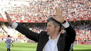 Davor Suker da las gracas a la afición del Sevilla en una reciente...
