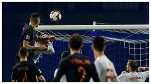 Lovren golpea a Ramos en el Croacia-España de Zagreb.
