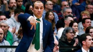 Carles Durán, entrenador del Joventut, dando instrucciones.