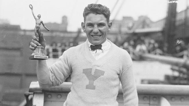 Eddie Eagan con el trofeo que le acreditaba como campeón olímpico en...