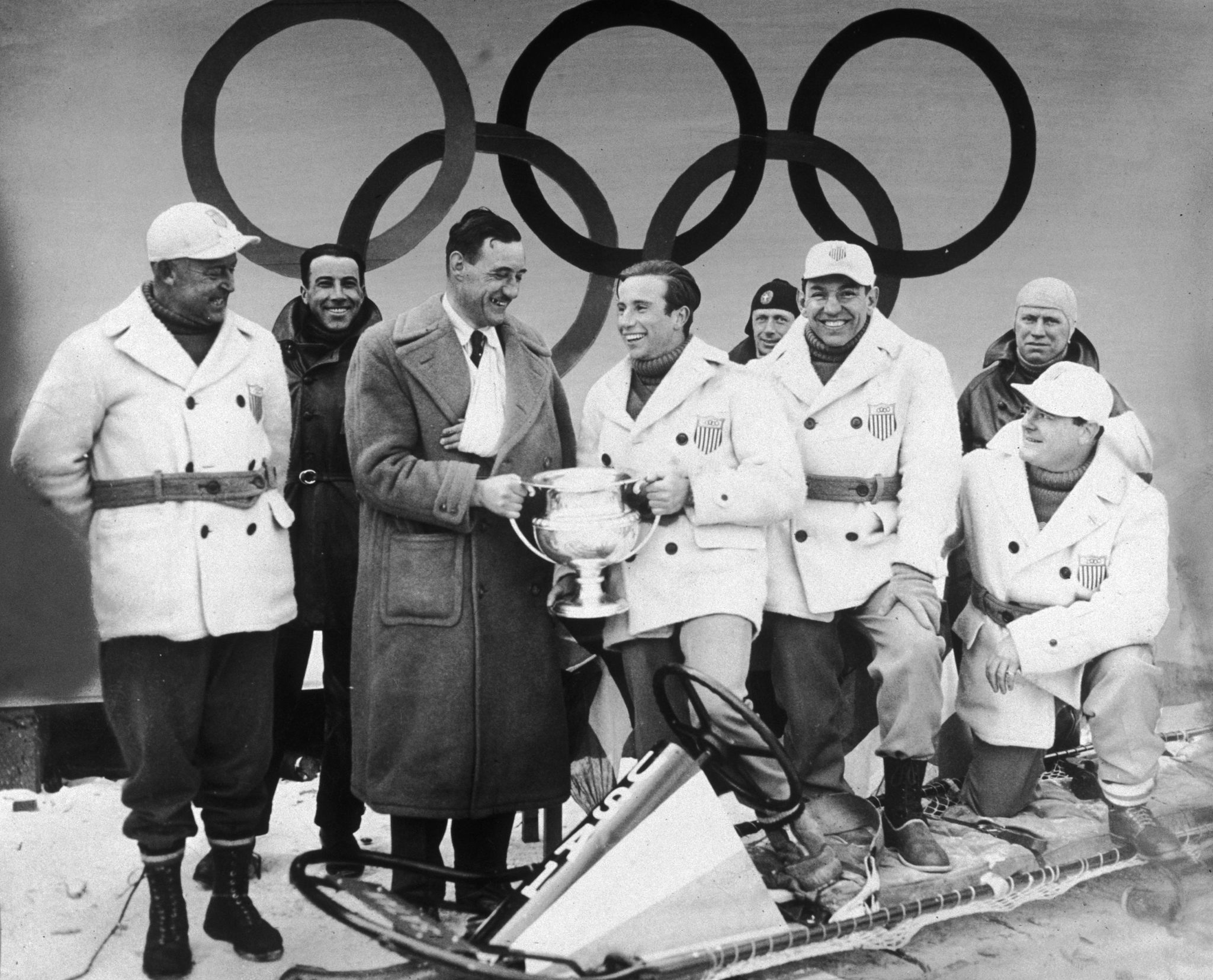 Eddie Eagan, tercero por la derecha, sonríe, mientras su compañero...