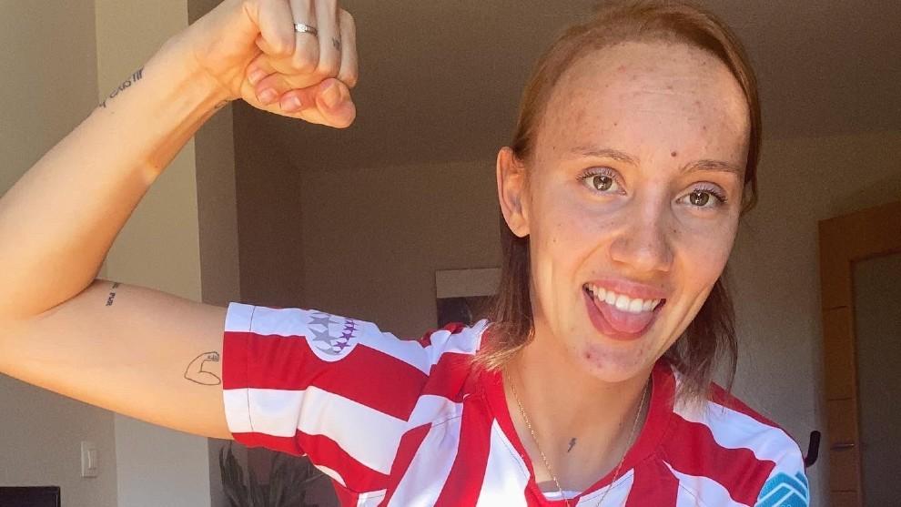 Virginia Torrecilla posa en su casa con la camiseta del Atlético de...
