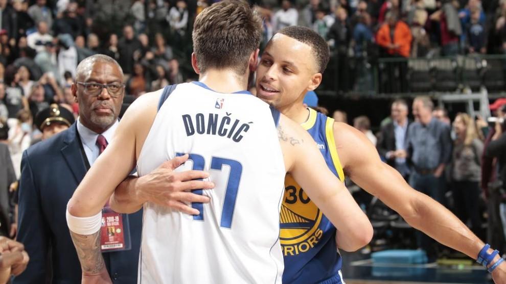 Stephen Curry abraza a Luka Doncic tras un partido entre Mavericks y...