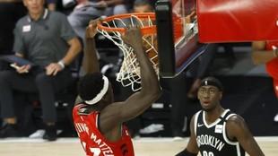 Siakam machaca el aro de los Nets ante la mirada de LeVert.