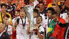 Jesús Navas levanta la copa de la Europa League