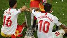Jesús Navas y Éver Banega, con la Europa League.