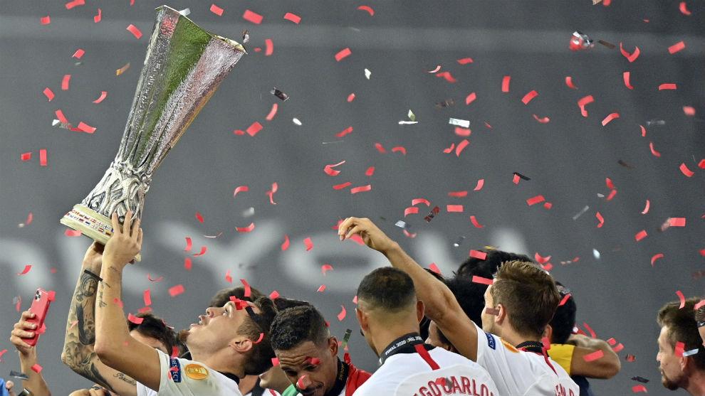 Los jugadores del Sevilla celebran la sexta Europa League