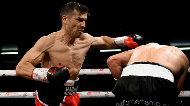 Sergio 'Maravilla' Martínez golpea a José Miguel Fandiño durante el...