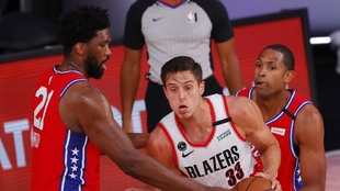 Zach Collins, ante la defensa de los Sixers. AFP