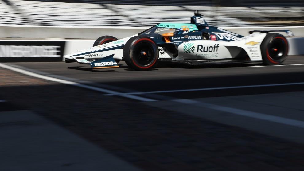 El McLaren de Alonso, cruzando el Brickyard que marca la línea de...