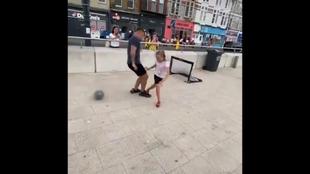 El 'chulito' de turno se quería lucir ante sus amigos y una niña de 10 años le hace esto...