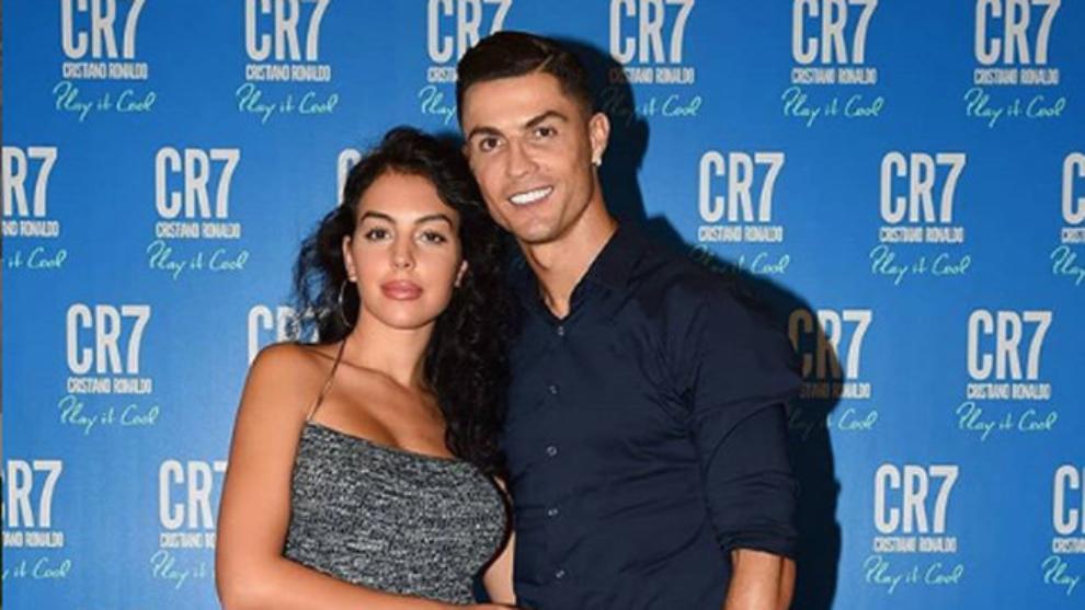 Georgina y Cristiano posan durante un evento publicitario.