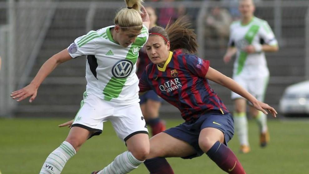 Alexia Putellas puja por un balón con una alemana en el duelo de...
