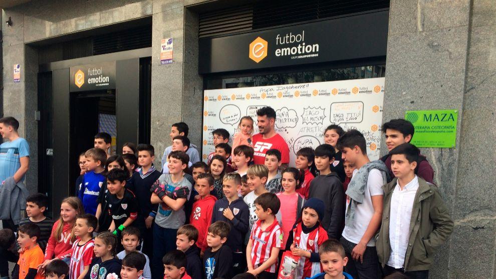 Herrerín, rodeado de niños en un acto promocional de SP en Bilbao.