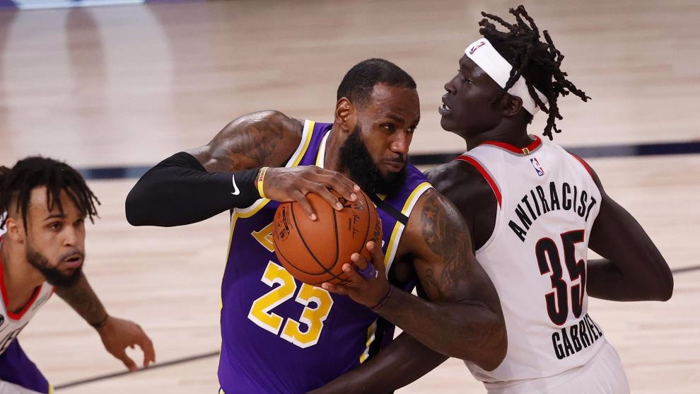 LeBron James, ante la defensa de Gabriel. EFE