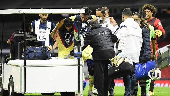 Valdez tuvo que salir con asistencia médica.