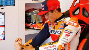 Marc Márquez se mira su brazo derecho lesionado en Jerez.