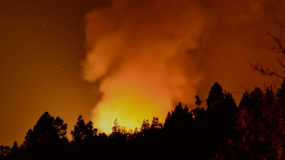 El incendio en La Palma avanza sin control y obliga a confirnar la...