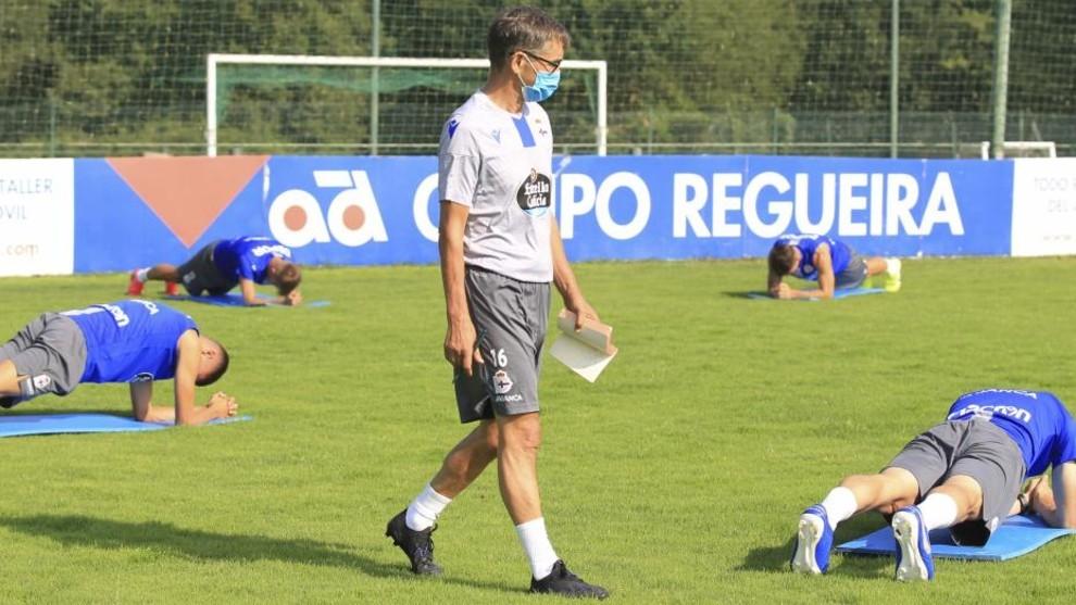 Fernando Vázquez supervisa los ejercicios de sus jugadores.