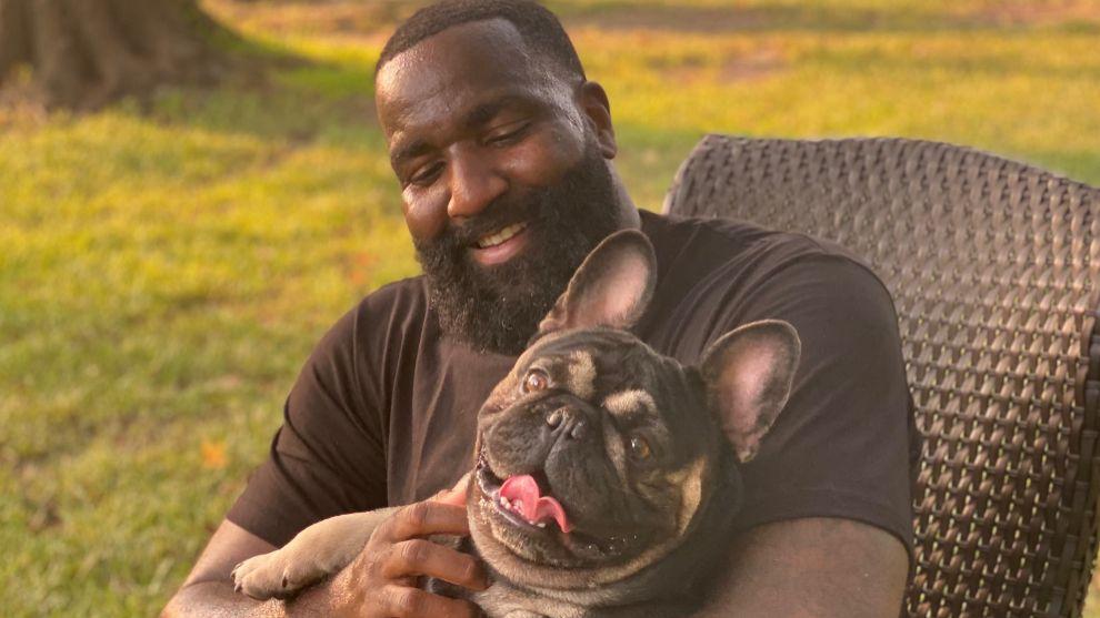 Kendrick Perkins, junto a su perro.