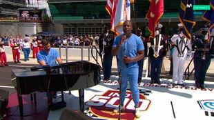 Los dos médicos que han interpretado el himno de Estados Unidos.