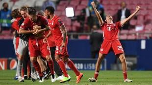 Los jugadores del Bayern celebran el triunfo al final del partido.