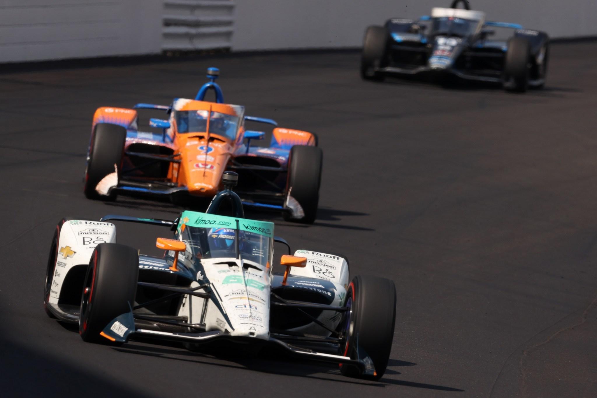 Alonso, perseguido por Dixon a mitad de carrera.