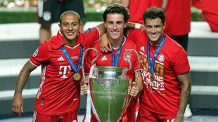 Thiago, Odriozola y Coutinho con la Champions